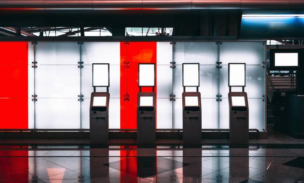 Gare gare ferroviaire avec des modèles d'ordinateurs pour l'enregistrement - Photo
