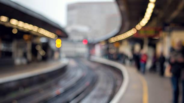 Gare ferroviaire de plate-forme &  personnes. Doux concentrer en arrière-plan. Transport de la ville - Photo