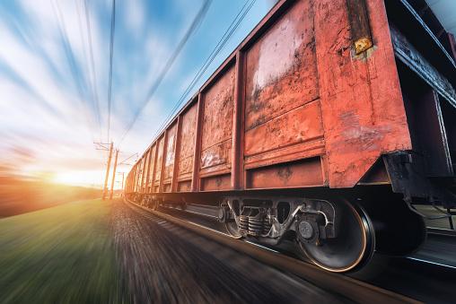 Järnvägs Station Med Last Vagnar Och Tåg I Rörelse-foton och fler bilder på Affärstransaktion