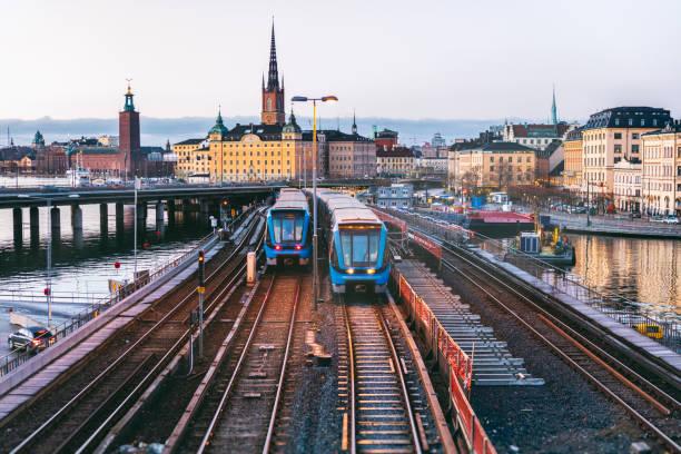 railway tracks and trains in stockholm, sweden - szwecja zdjęcia i obrazy z banku zdjęć