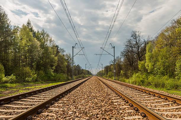 railway tracks are heading towards the horizon - parallel stockfoto's en -beelden