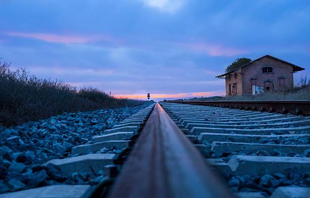 Vías de ferrocarril al atardecer - foto de stock