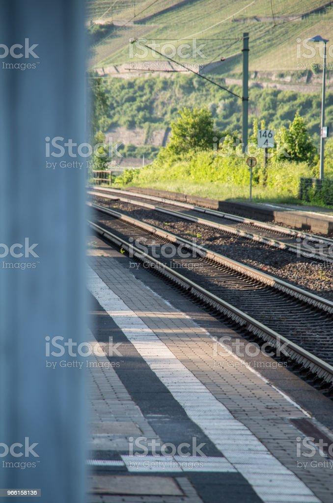 Järnvägsspår i fokus på landsbygden - Royaltyfri Bod Bildbanksbilder
