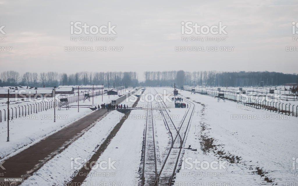 Gleisanlagen des KZ Auschwitz-Birkenau von berühmten Aussichtsturm gesehen. – Foto
