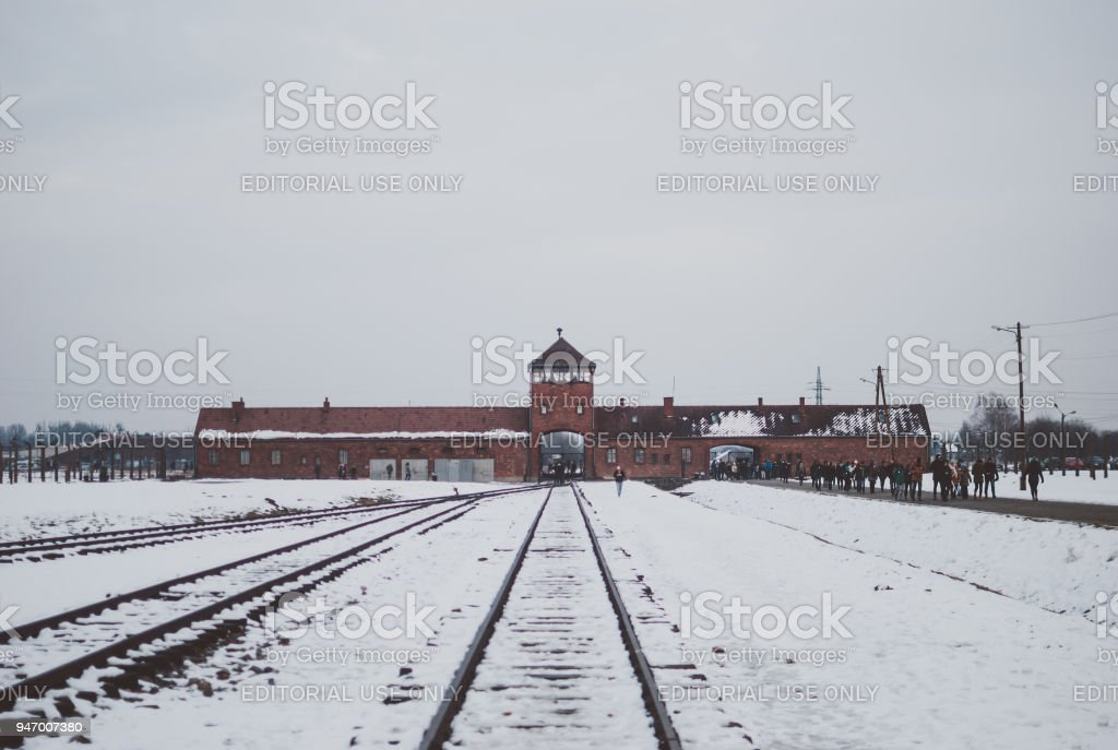 Gleisanlagen des Konzentrationslagers Auschwitz, der berühmte Wachturm – Foto