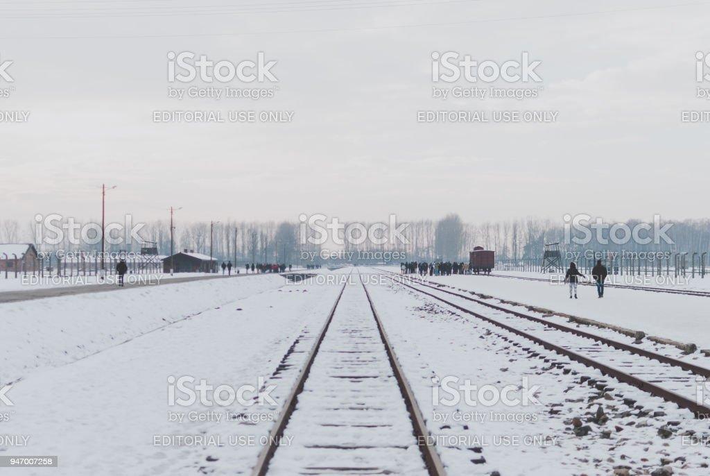 Gleisanlagen des KZ Auschwitz, Wachtürme und Besucher – Foto