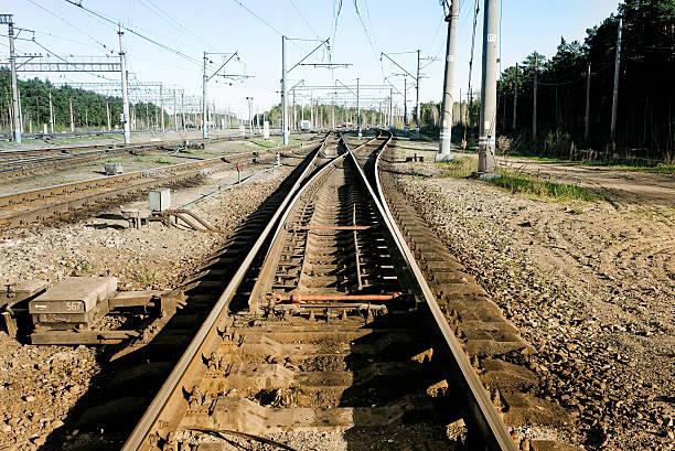 railway tracks, rails and electric columns - derail bildbanksfoton och bilder