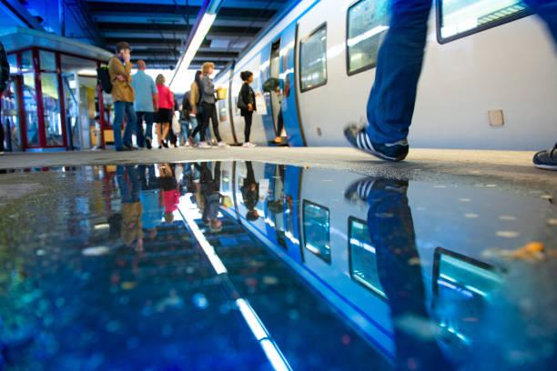 railway train station plattform och pendlare i regn - waiting for a train sweden bildbanksfoton och bilder