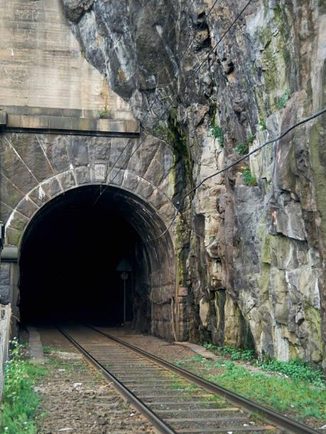 järnvägstunnel nära klipporna i stockholm - tunnel trafik sverige bildbanksfoton och bilder