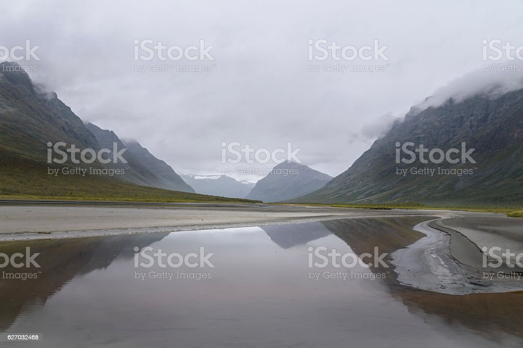 Rain clouds giving mysterious feel to this river mountain landscape foto