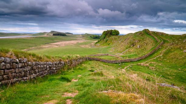 regenwolken über hadrians mauer - hadrian's wall stock-fotos und bilder