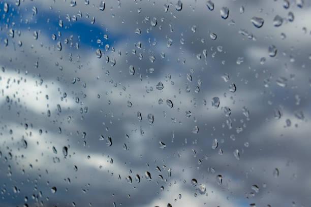 yağmur damlaları camına - serpilguler stok fotoğraflar ve resimler