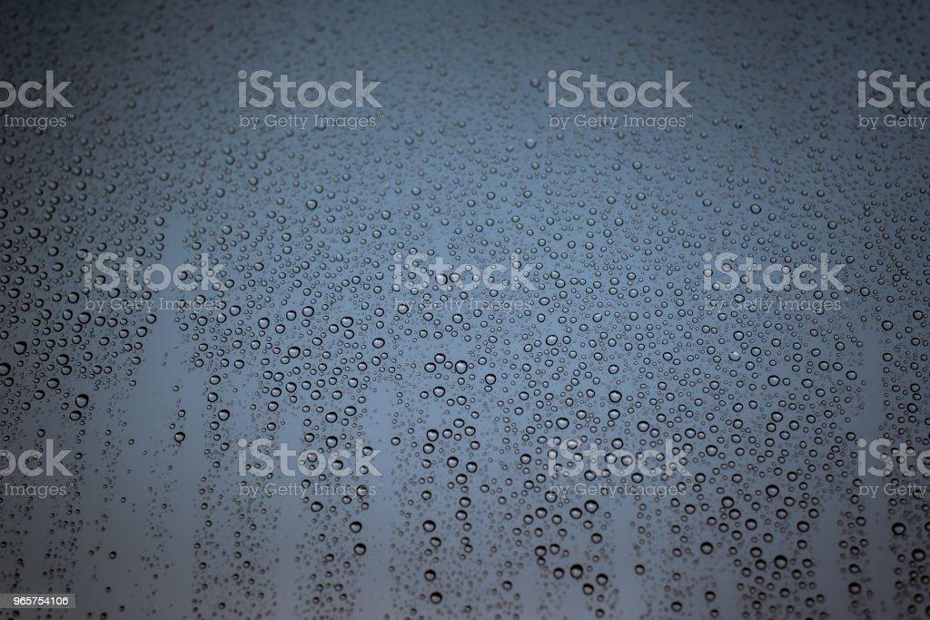 Regen druppels op het glas, met bewolkte hemel als achtergrond - Royalty-free Abstract Stockfoto