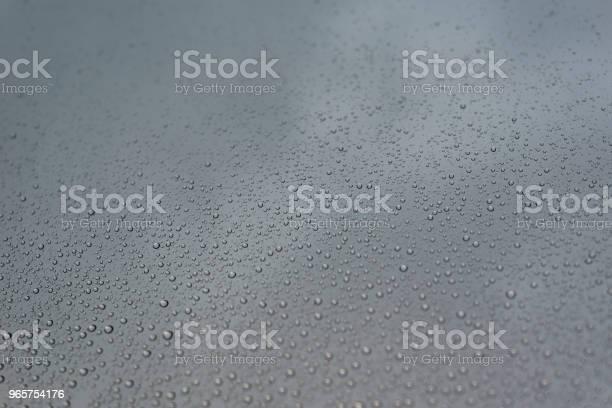 Regen Druppels Op Het Glas Met Bewolkte Hemel Als Achtergrond Stockfoto en meer beelden van Abstract