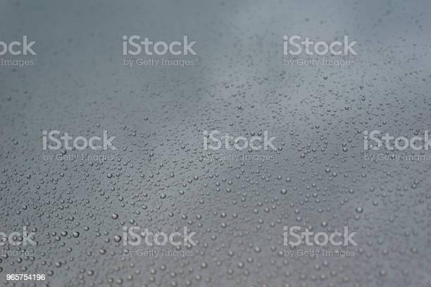 Rain Drops On The Window Glass With Cloudy Sky As Background - Fotografias de stock e mais imagens de Abstrato