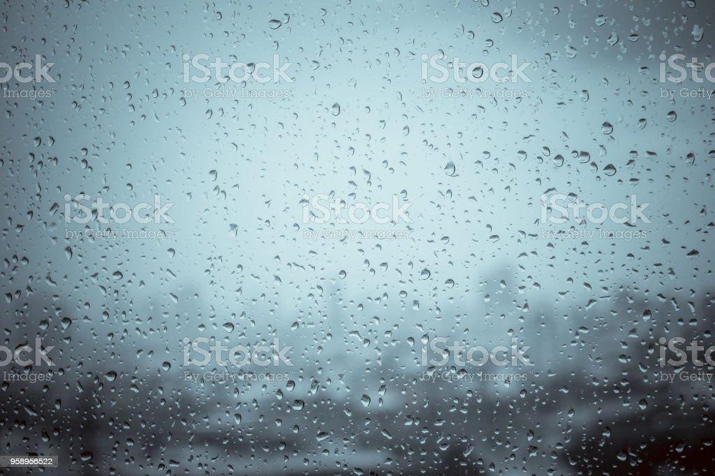 Gotas en el cristal de la ventana fuera de agua de fondo de textura de un maravilloso día de lluvia pesada con las nubes del cielo en ciudad azul verde borrosas luces abstracta Ver llover sol disfruta de la relajante fondo de pantalla de naturaleza - foto de stock