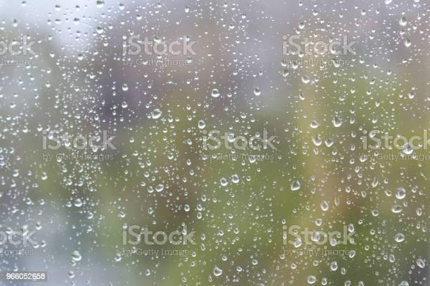 Regnet Droppar På Fönster Glas Yta-foton och fler bilder på Blöt