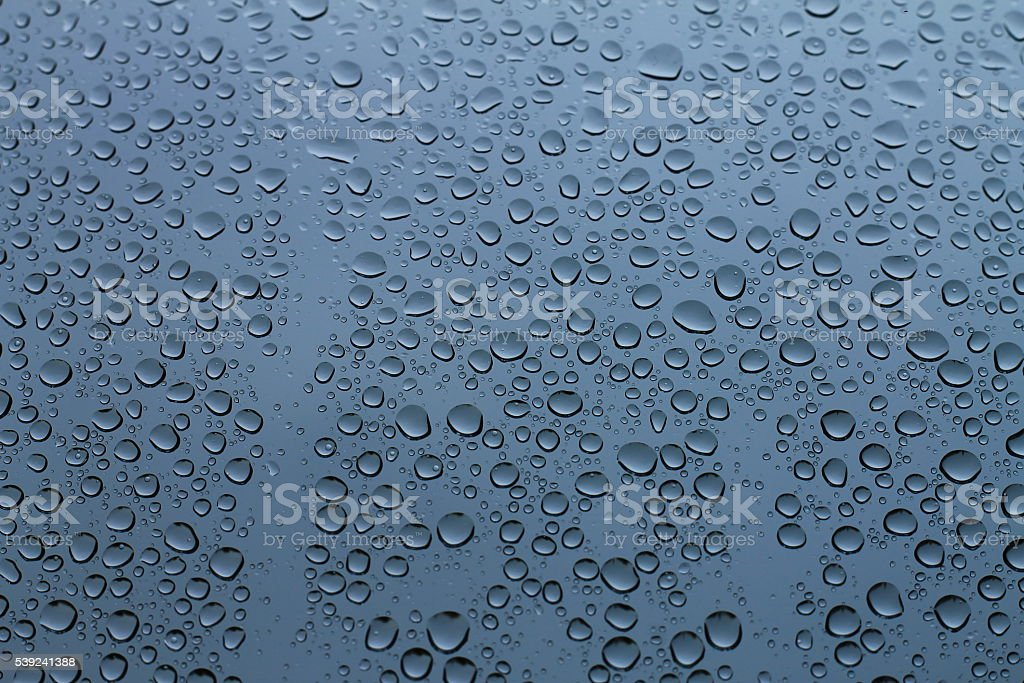 Gotas de lluvia en la ventana, primeros días de lluvia  foto de stock libre de derechos