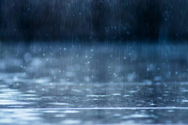 chute de pluie sur le terrain - pluie photos et images de collection