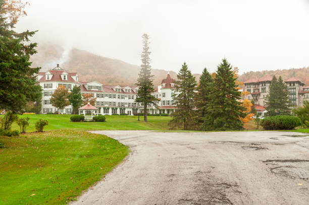 regen vallen op de balsems resort - dixville notch stockfoto's en -beelden