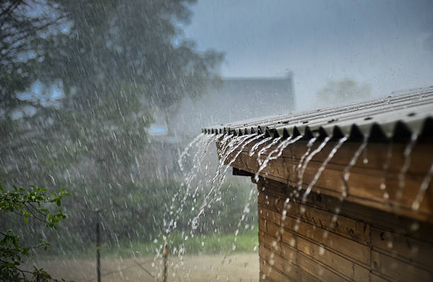 rain flows down from a roof down - pluie photos et images de collection