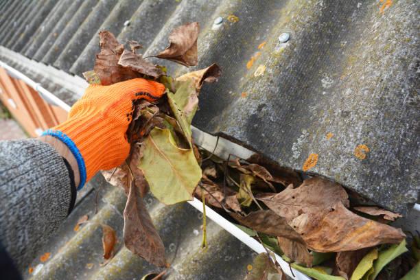 Regen goot schoonmaken van laat in de herfst. Gootset schoonmaaktips. foto