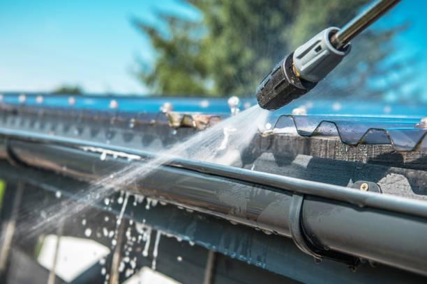 rain gutters pressure cleaning - idropulizia ad alta pressione foto e immagini stock