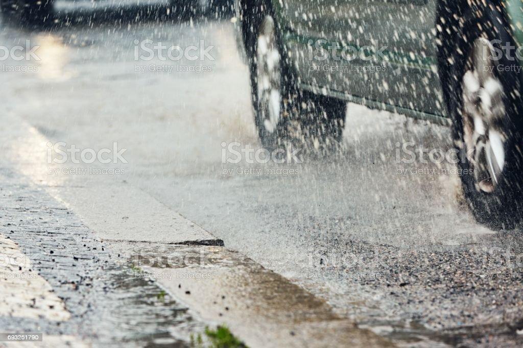 La lluvia en la ciudad - foto de stock