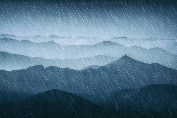 la lluvia en las montañas con clima frío - foto de stock