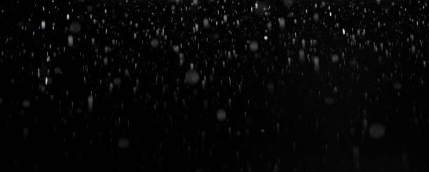 pluie d'isolement sur le fond noir - pluie photos et images de collection