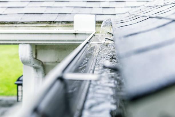 Regen Sturm Wasser ablassen in Edge Dachrinne – Foto