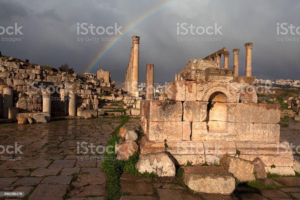 Rainbow above the Cardo Maximus in Jerash Jordan royaltyfri bildbanksbilder
