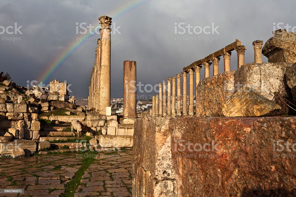 Rainbow above the Cardo Maximus in Jerash Jordan royaltyfri bildbanksbilder