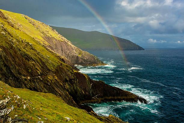 arc-en-ciel sur la côte de slea tête en irlande - irlande photos et images de collection