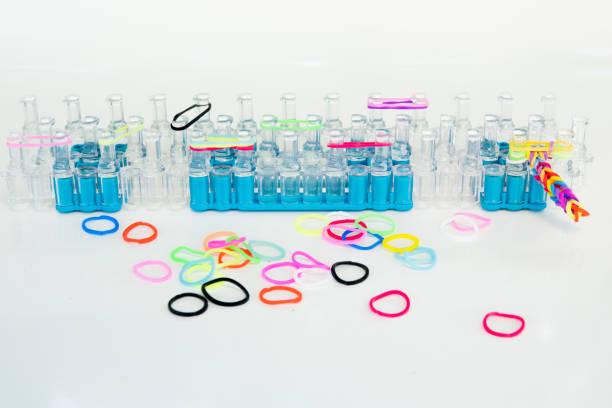 regenbogen-spule - farbige gummibänder für accessoires, armbänder - armband i gummi stock-fotos und bilder