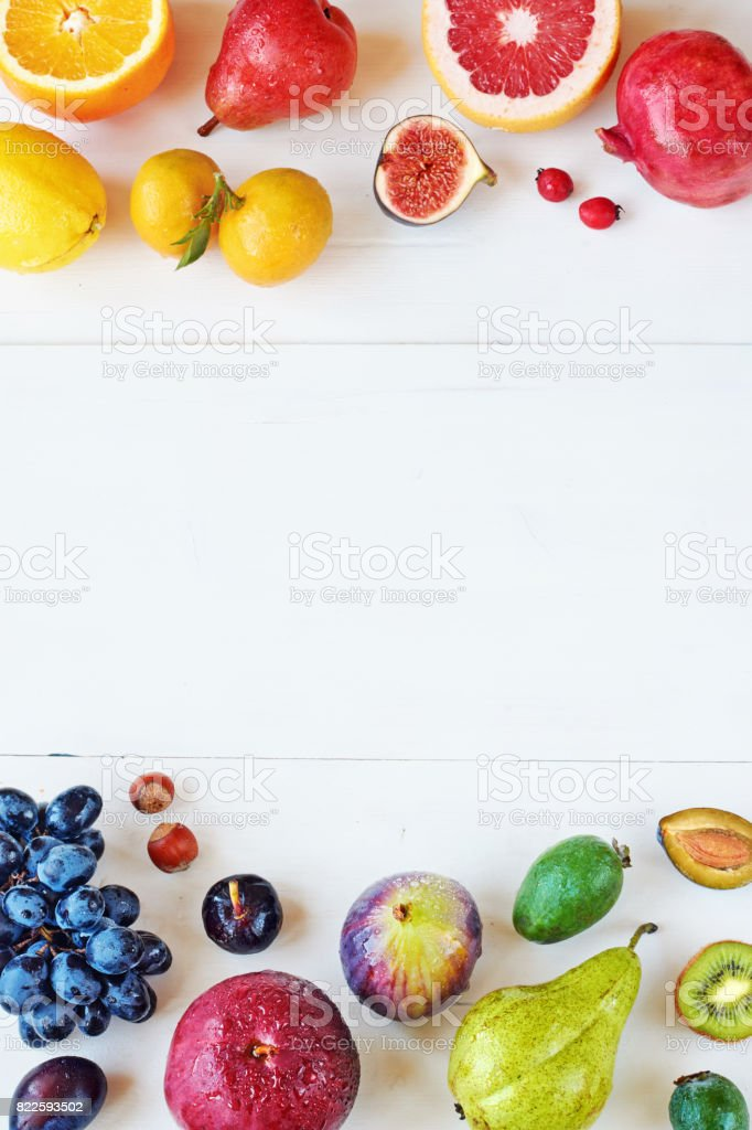 Regenbogen farbige Früchte auf weißem Hintergrund mit textfreiraum Rahmen. – Foto