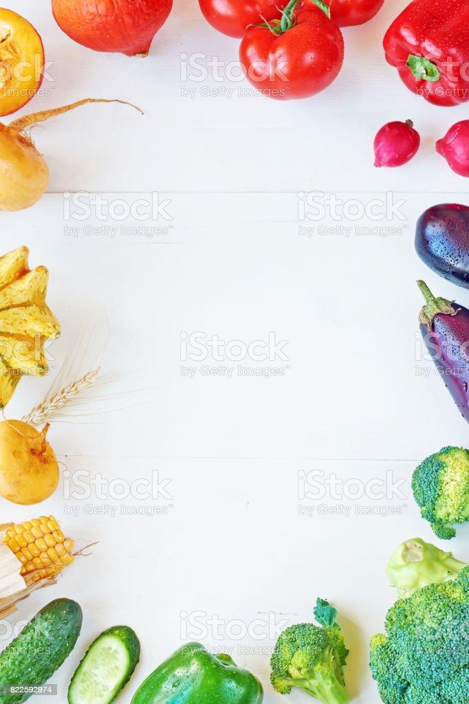 Gemüse auf einem weißen Tisch mit textfreiraum regenbogenfarbenen. – Foto