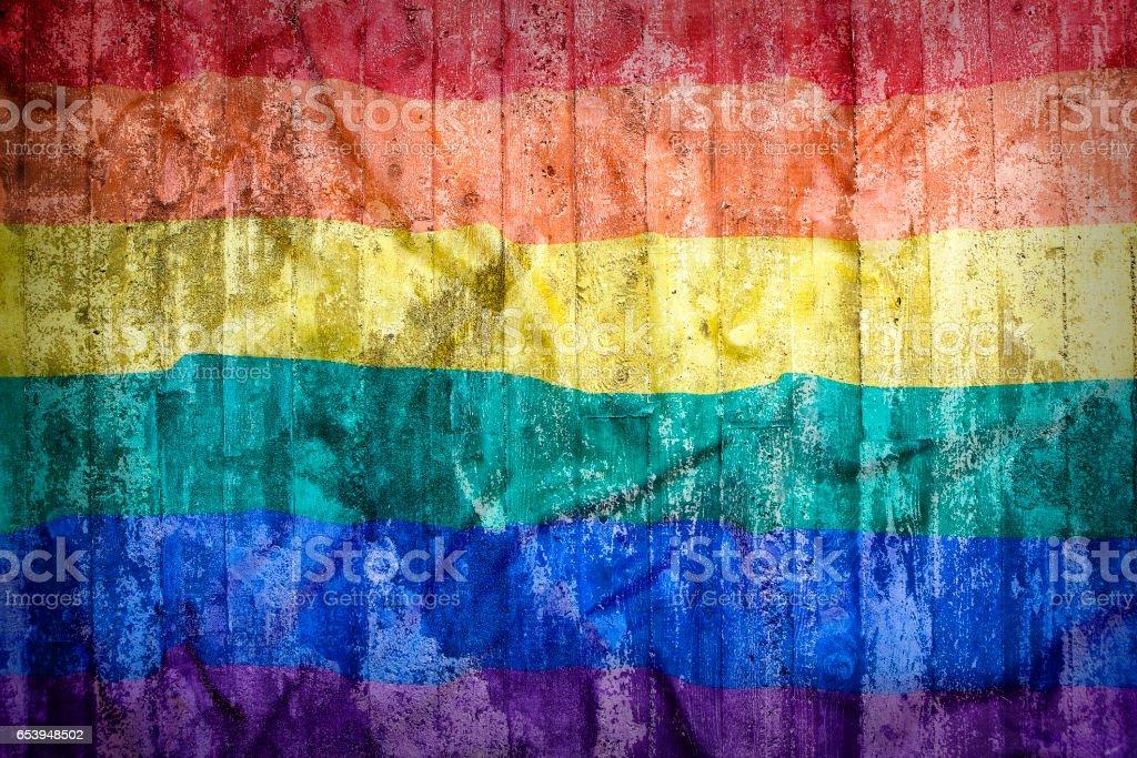 Regenbogenfahne auf eine Mauer – Foto