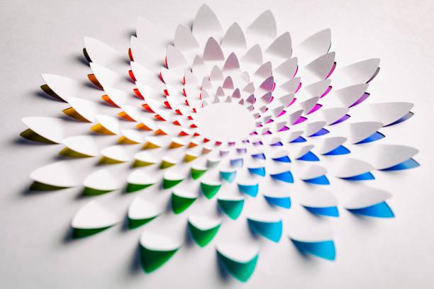 Arco-íris flor feita de papel cortado - foto de acervo