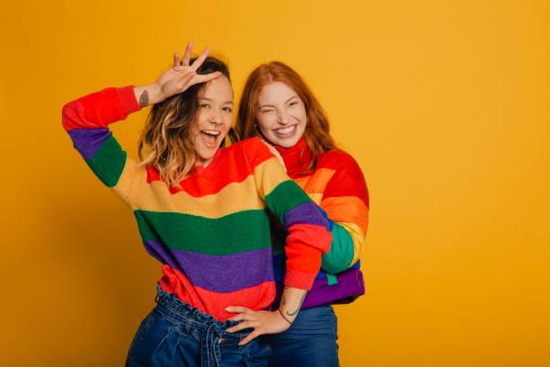 amigos de arco-íris - lifestyle color background - fotografias e filmes do acervo