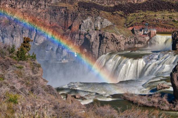 Regenboog uit de mist van de watervallen foto