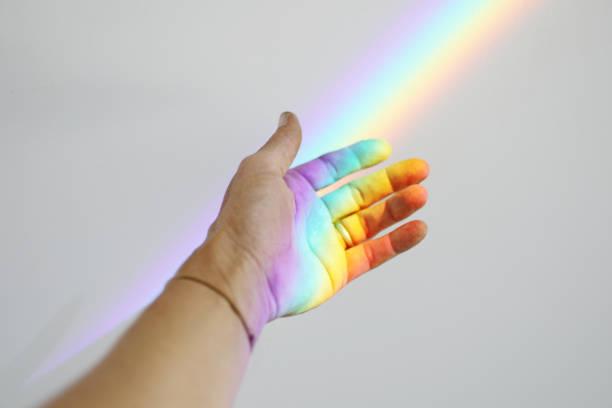 手にかかる虹 - プリズム ストックフォトと画像