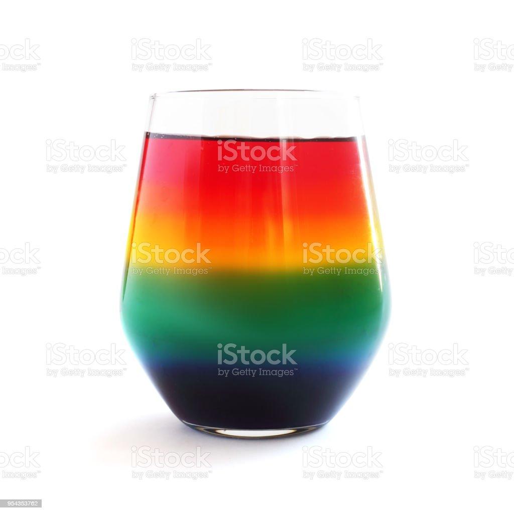 Sobremesa de gelatina arco-íris em vidro isolado - foto de acervo