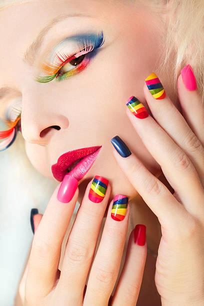 rainbow maniküre und make-up. - nageldesign trend stock-fotos und bilder
