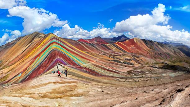 ペルー、クスコのレインボーマウンテン。 - レインボー ストックフォトと画像