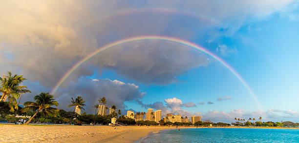 Rainbow Over Beachfront Buildings in Hawaii foto