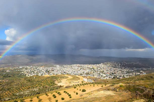arco-íris sobre cana da galileia após a chuva, israel - israel - fotografias e filmes do acervo