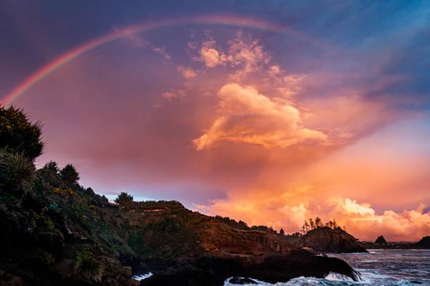 Rainbow Sunset an einem Rocky Beach, Nordkalifornien Küste – Foto