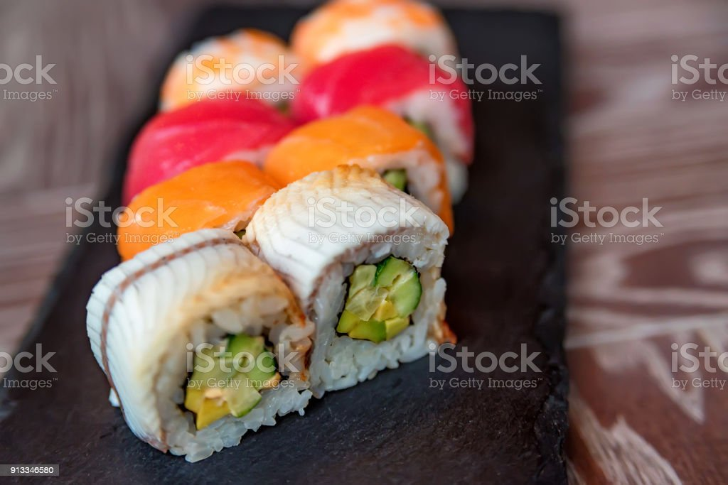 Rolo de sushi do arco-íris, na bandeja de close-up - foto de acervo