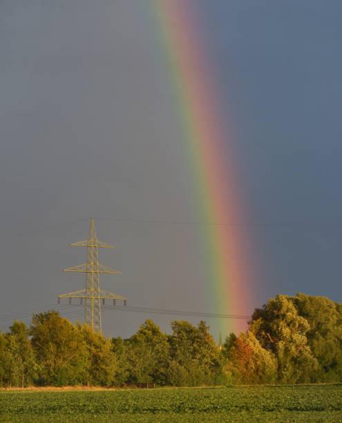 Regenbogen mit Hochspannungsmast – Foto